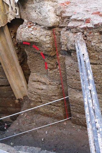 Una scanalatura verticale e un concio inarcato sono due indizi importanti che potrebbero segnalare la presenza di un ponte e di un sistema di chiusa del canale.