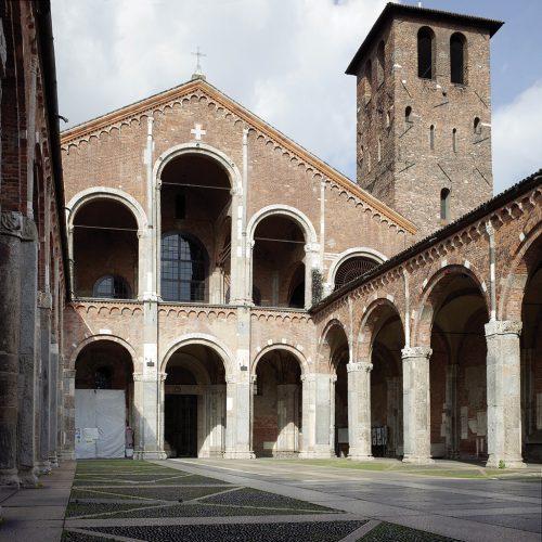 La basilica di Sant'Ambrogio, di cui oggi ammiriamo l'architettura romanica, è stata fondata nel IV secolo da Sant'Ambrogio col nome di basilica martyrum, cioè dedicata ai santi martiri di cui accoglieva le spoglie.