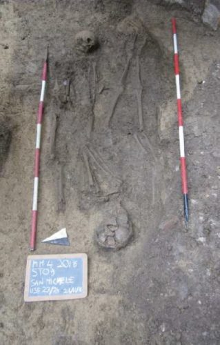 Due individui sepolti in momenti differenti, ma insieme per l'eternità.