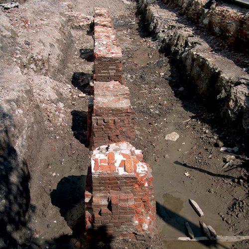 Resti di 7 pilastri appartenenti a un portico ad arcate prospiciente il Naviglio, messo in luce nel 2008 durante gli scavi archeologici per M4.