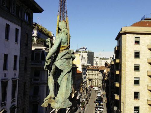 La statua di Cristo Redentore prende il volo verso il deposito temporaneo.