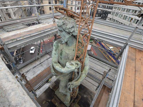 La statua in bronzo di Cristo Redentore è una copia novecentesca che sostituisce l'originale in pietra, conservato al Castello Sforzesco.