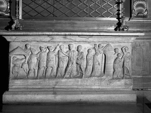 Il sarcofago di San Celso, le cui reliquie furono trovate da Sant'Ambrogio, è ora conservato nel Santuario di Santa Maria dei Miracoli, accanto alla più antica chiesa di San Celso. Al Santo erano intitolate la strada che ora si chiama corso Italia e il ponte che attraversava il Naviglio.