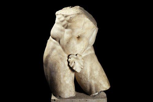 """Questa statua colossale dell'eroe Ercole, copia di un originale greco del celebre Lisippo, era alta circa tre metri. Decorava una sala delle sontuose terme romane e celebrava la figura dell'imperatore Massiamiano """"Erculeo""""."""