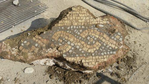 Frammento di mosaico policromo rinvenuto durante gli scavi effettuati nel 2016 nei cantieri M4 in corso Europa.