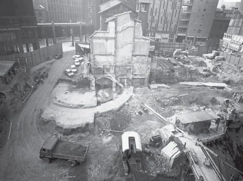 """Nel cantiere di scavo per la costruzione dei palazzi in corso Europa (anni Sessanta) spicca il muro semicircolare dell'abside del frigidarium delle terme """"Erculee""""."""