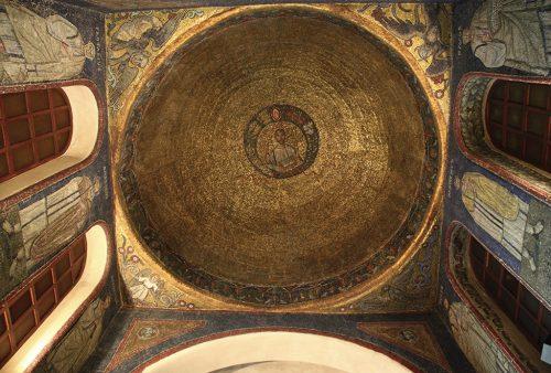 Il sacello di San Vittore in Ciel d'oro con i suoi splendidi mosaici è una preziosa testimonianza della basilica paleocristiana. In esso erano custodite le reliquie del martire Vittore e di Satiro, fratello di Ambrogio.