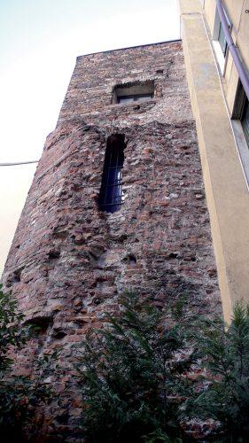 La porta Ticinensis si apriva nel circuito delle mura romane in corrispondenza della via per Ticinum (Pavia). Una delle torri che la proteggevano è ancora visibile al Carrobbio.