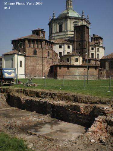 Gli scavi archeologici per la linea M4 in piazza Vetra, accanto alla basilica di San Lorenzo Maggiore.